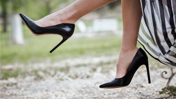 0aeae6ab44 Egy jó és egy rossz hír a magassarkú cipők rajongóinak: a magassarkú cipő  nem csupán a férfiaknak tetszik nagyon, de a nők is magabiztosabbak benne.